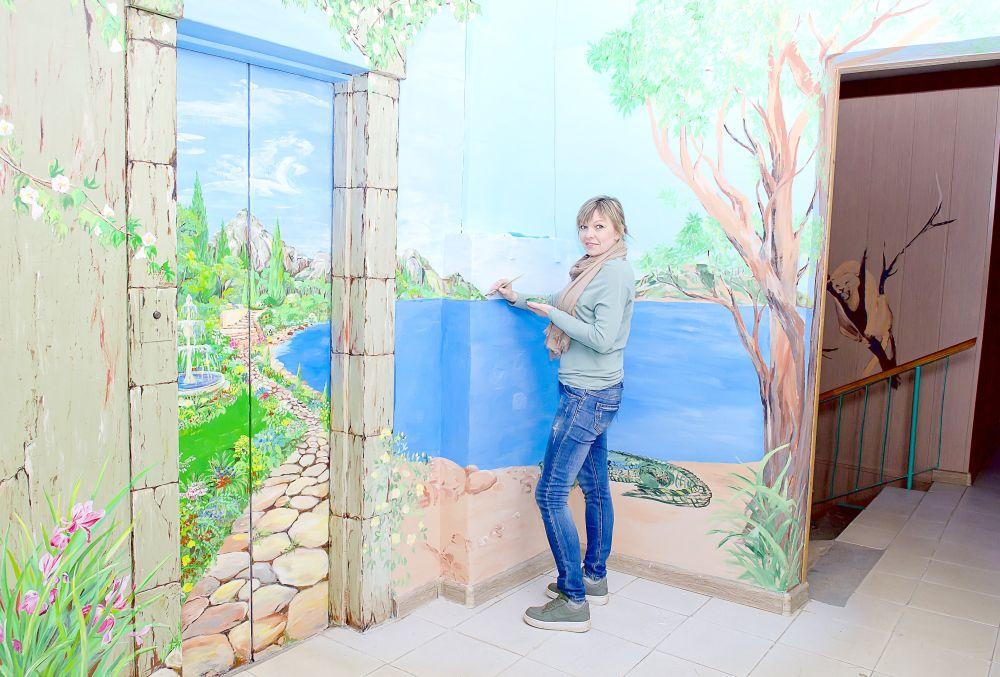 Анастасии Савчук за росписью лестничной площадки