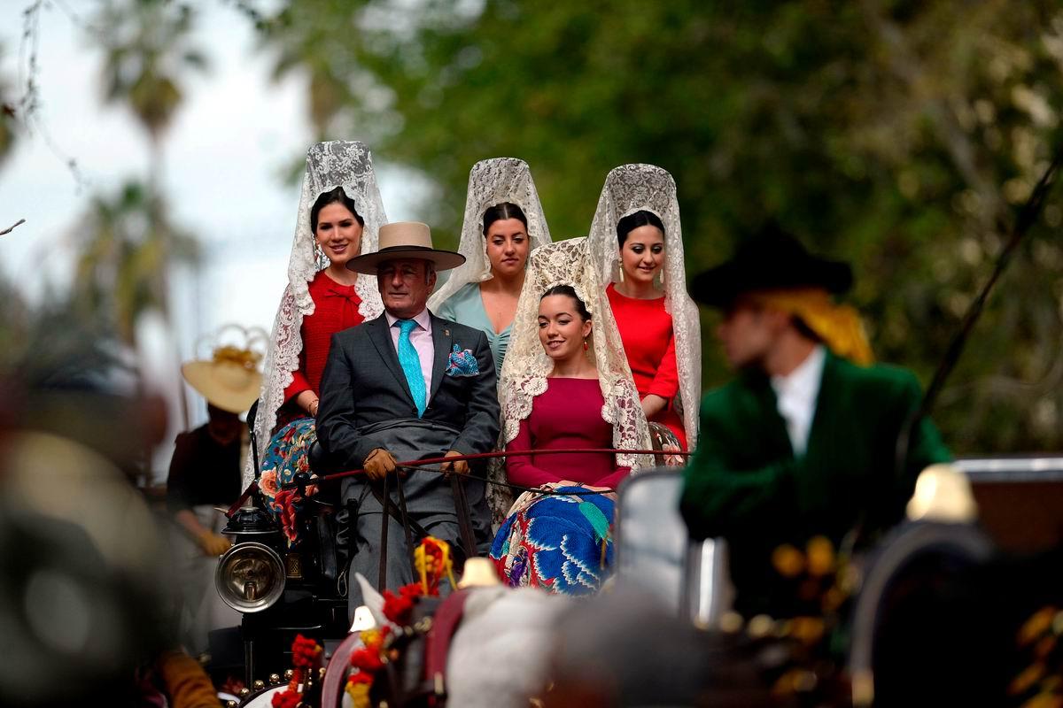 Ах сеньориты, вы мои сеньориты: Испанский глава семейства выгуливает своих дочерей