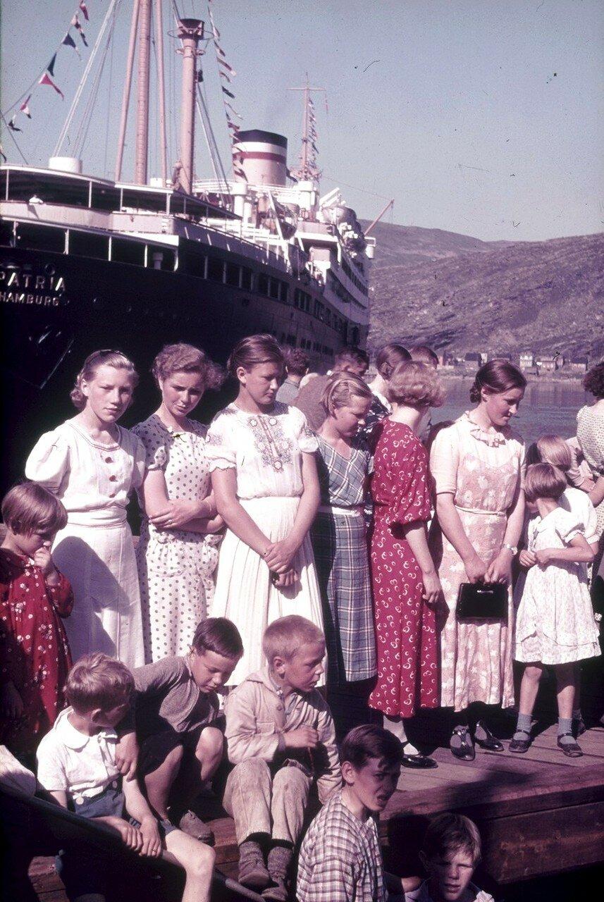 Группа детей и подростков перед пассажирским судном «Patria»