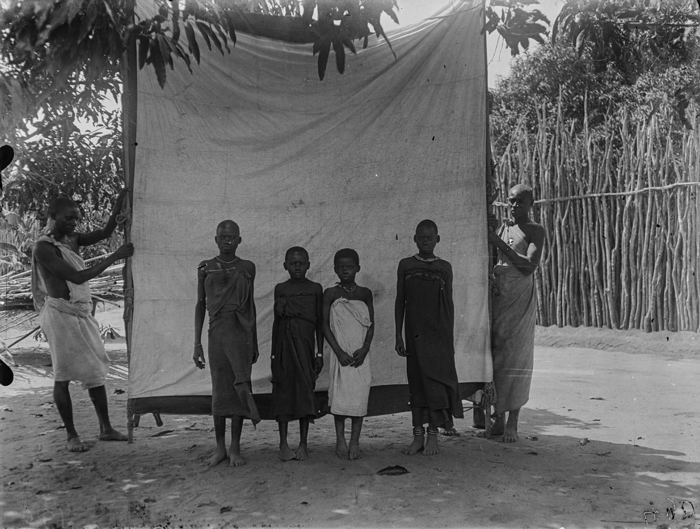 52. Антропометрическое изображение четырех девушек макуа