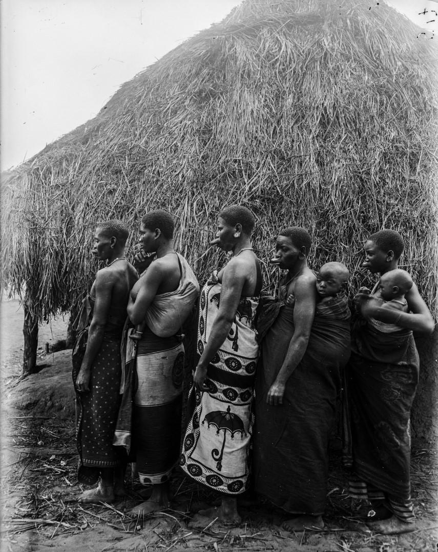 58. Антропометрическая фотография пяти женщин маконда, две с детьми