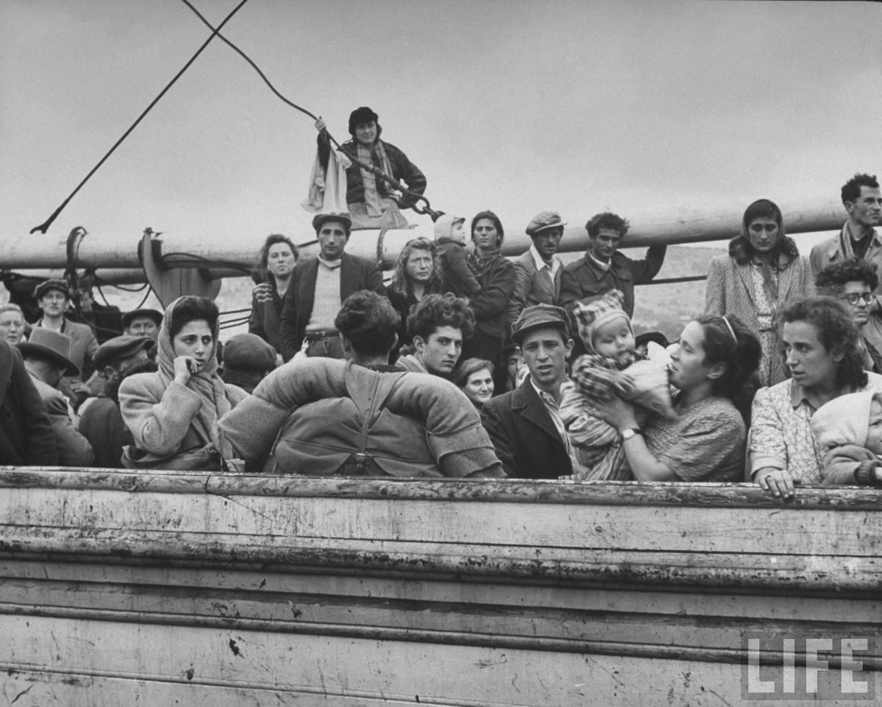 Еврейские иммигранты на борту захваченного судна. Хайфа. Апрель