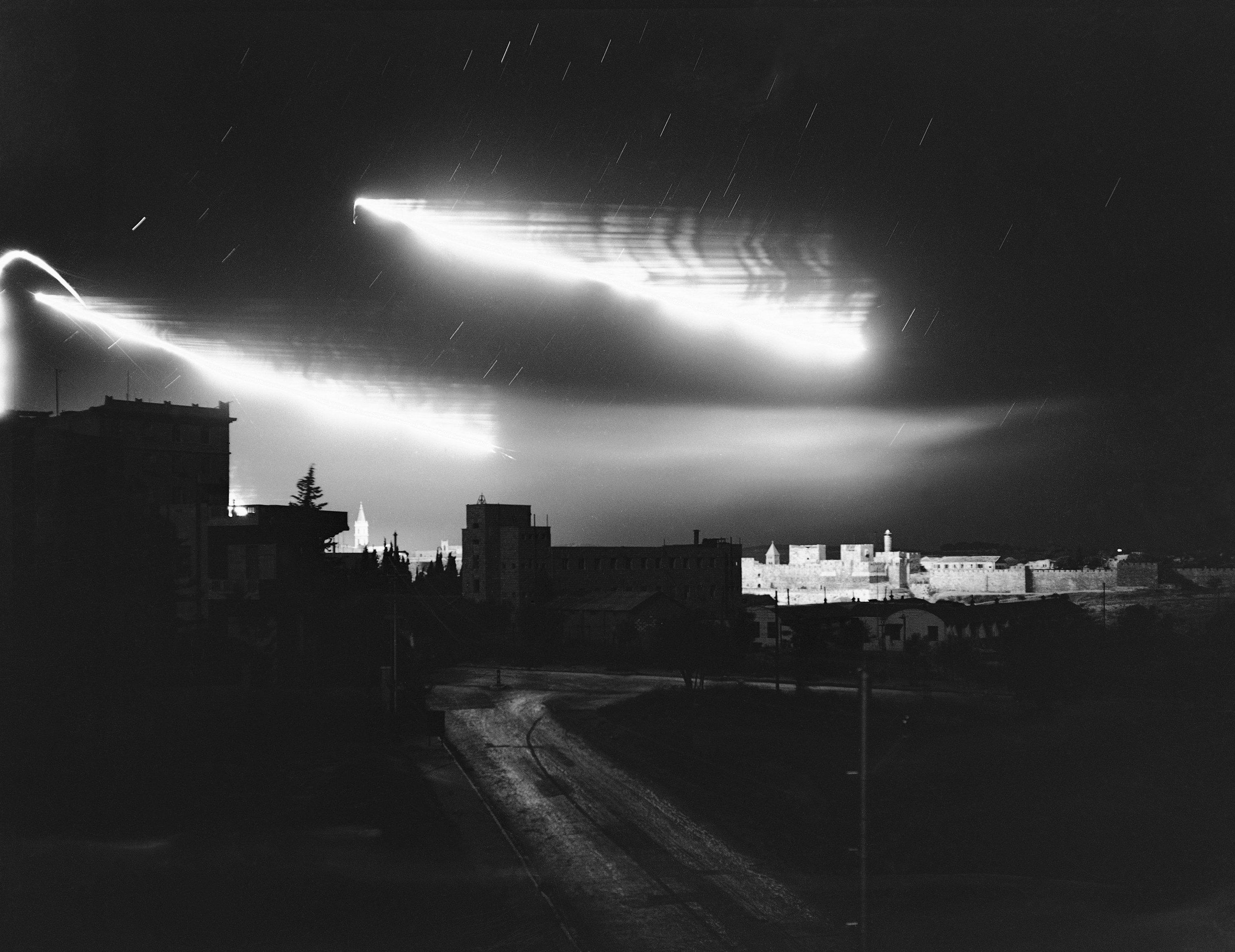 Вспышки от разрывов снарядов освещают небо над башней Давида и стенами старого города 14 июля. Это был один из самых тяжелых боев в долгой борьбе за Святой город
