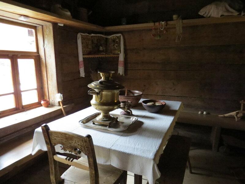 Самовар на столе в крестьянской избе в музее Витославлицы