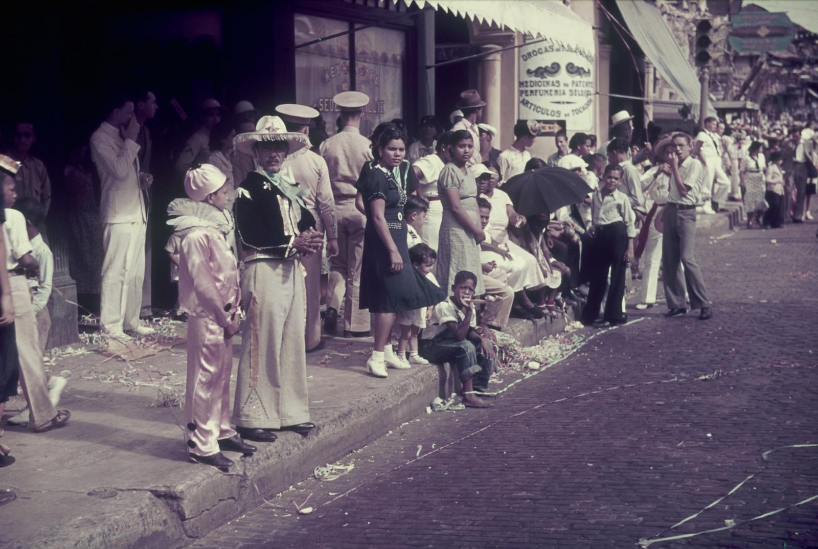 Панама. Проспект Бальбоа.  Зрители на обочине во время парада