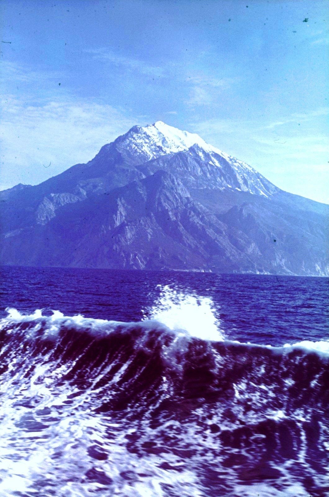Вид с борта пассажирского судна на побережье с заснеженной скальной вершиной