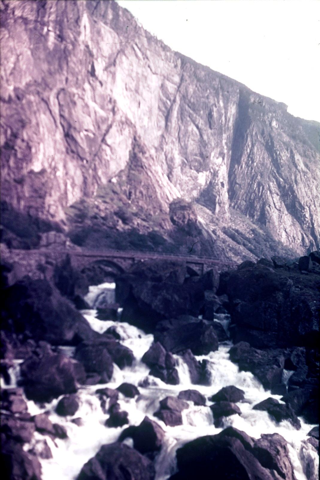 Горный пейзаж с ручьем и каменным мостом