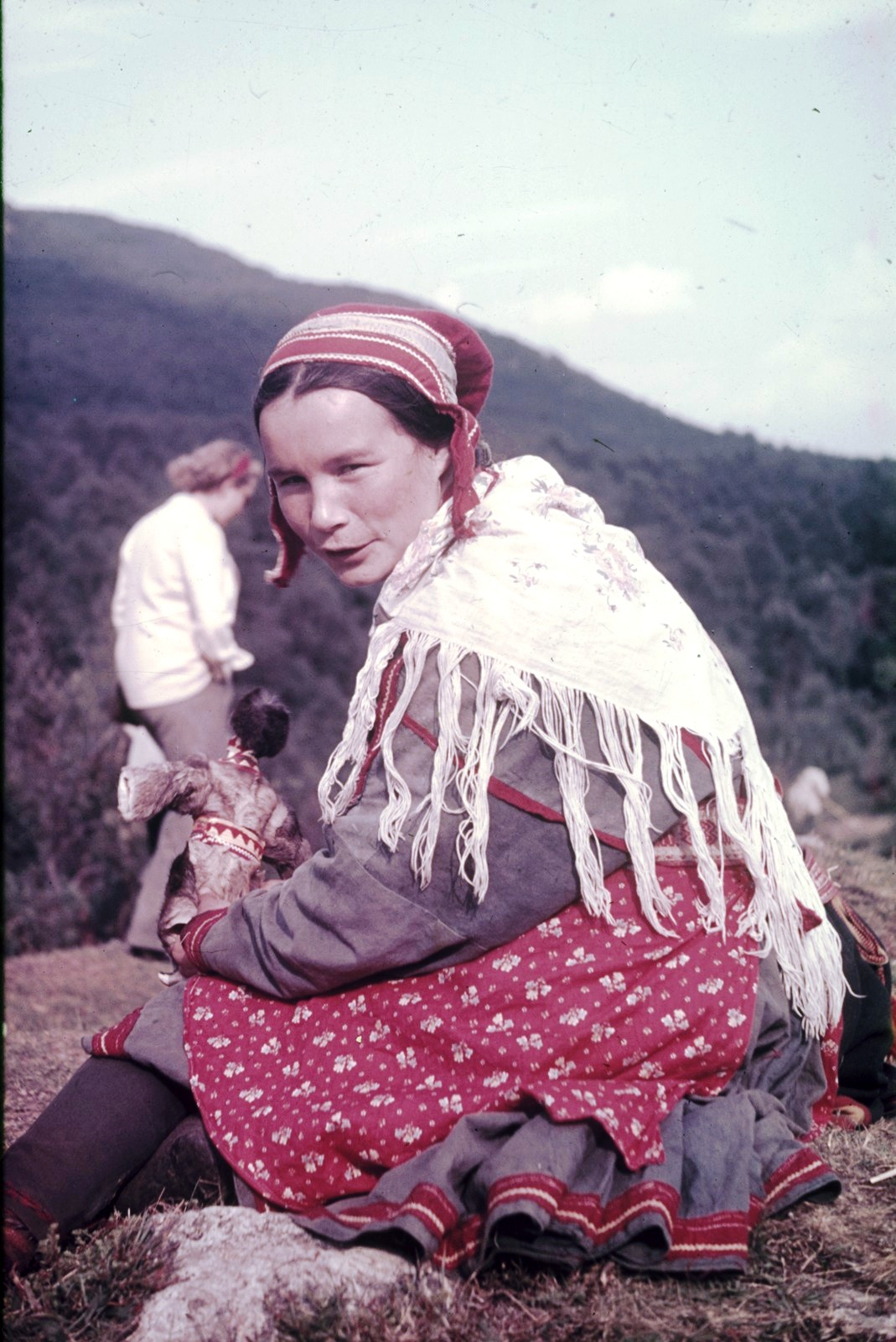 Молодая саамка в национальном костюме