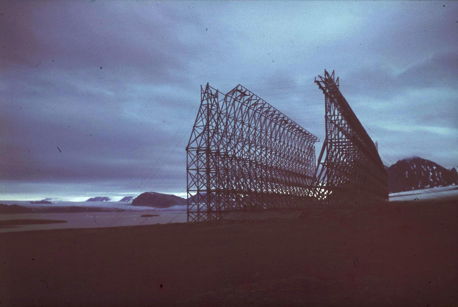 Шпицберген. Открытый ангар дирижаблей для цеппелина первой экспедиции на Северный полюс в 1926 году под руководством Нобиля и Амундсена