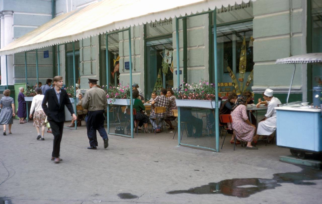 Летнее кафе у здания центрального гастронома