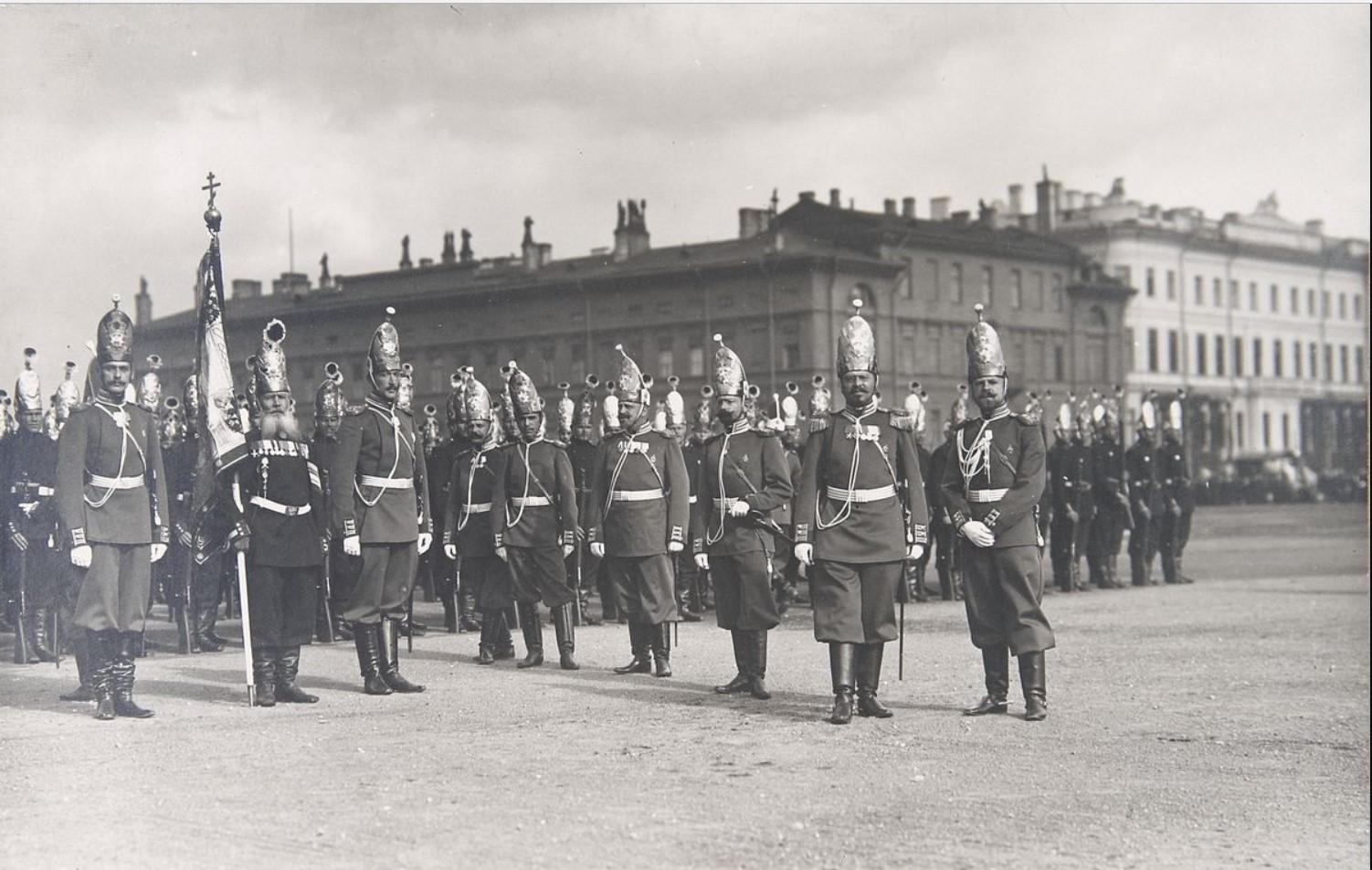 Фото знаменной группы, офицеров и чинов 1-го батальона Лейб-Гвардии Павловского полка, ожидающих прибытия Государя Императора во время парада на Марсовом поле по случаю полкового праздника 30 августа 1904