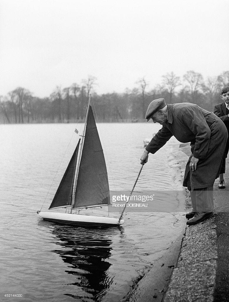 1946. Мужчина, играющий с лодочкой в Лондоне