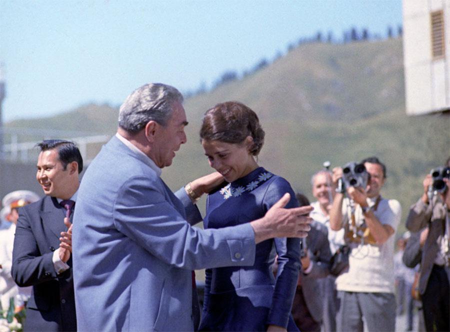 1973 Леонид Брежнев и Ирина Роднина на Ледовом стадионе в Медео. 16 августа 1973 года. Фото Иосифа Будневича РИА Новости.jpg
