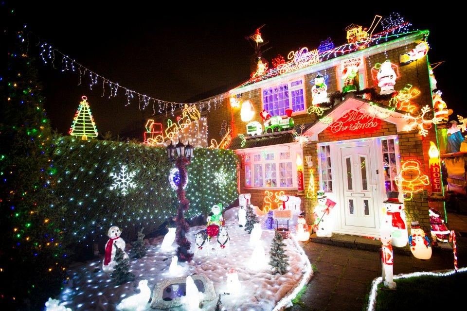 Братья ежегодно украшают дом матери к Рождеству