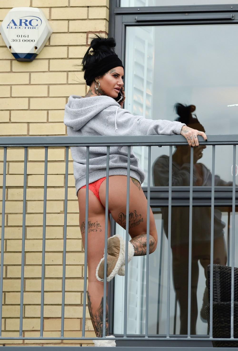 Джемма Люси в трусах на балконе