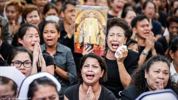 """""""Всем плакать!"""": В Таиланде преследуют людей, мало опечаленных смертью короля"""