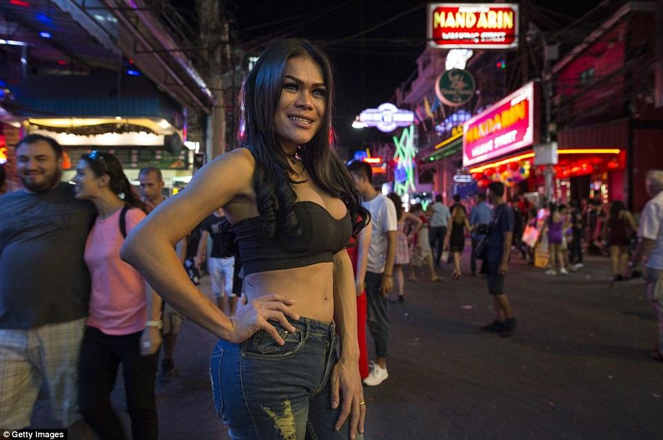 Ледибой на одной из оживленных таиландских улиц, которые являются домом для работников секс-индустри