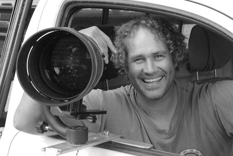 20. А вот и сам Ханнес Лохнер в пустыне Калахари. (HANNES LOCHNER / BARCROFT MEDIA)