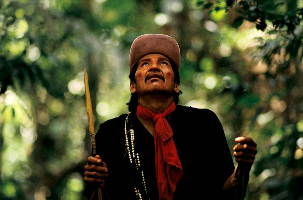 16. Лопез охотится на дичь в лесу недалеко от реки Бреу, Бразилия. (© Mike Goldwater)