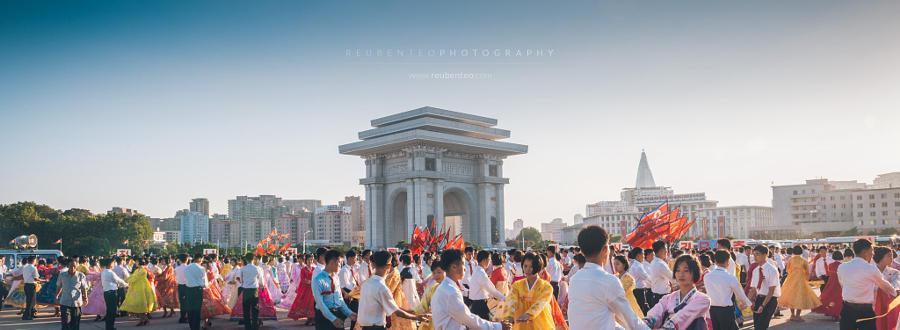 7. Массовые танцы возле стадиона имени Ким Ир Сена