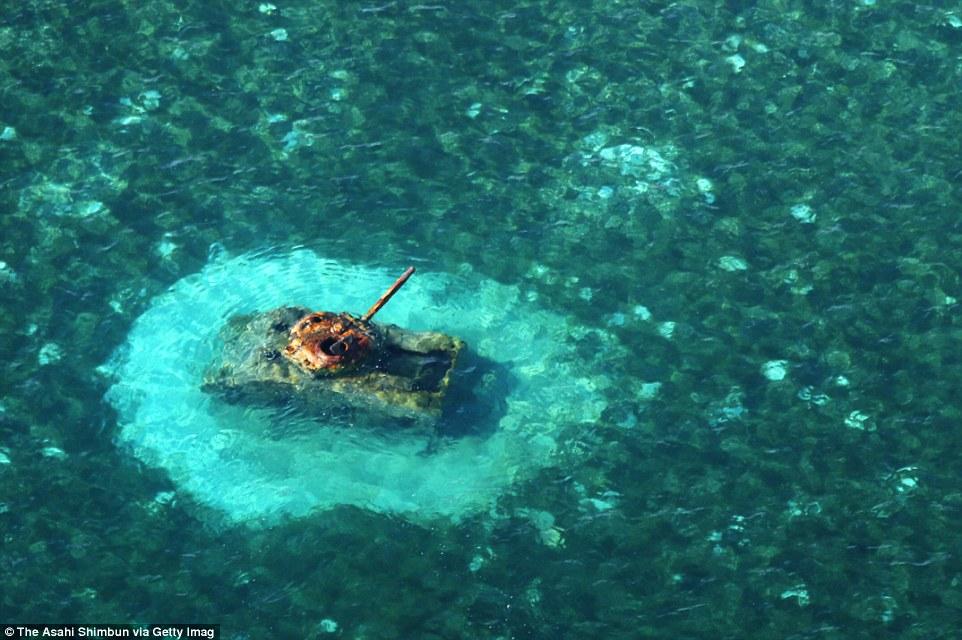 Американский танк М4 «Шерман» на мелководье у берегов острова Сайпан, Северные Марианские острова.