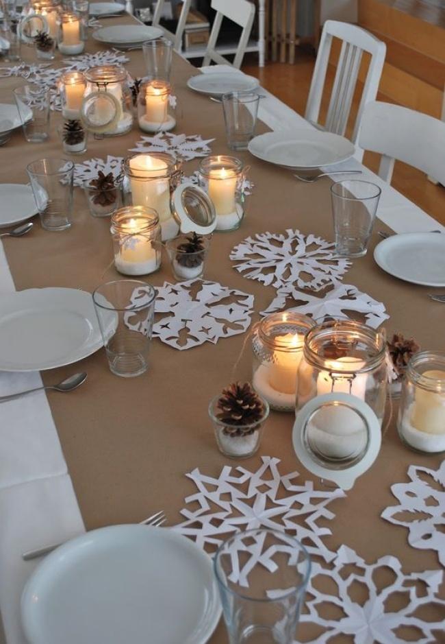© bloglovin  Еще одна отличная идея— разложить постолу бумажные снежинки, дополнив ихсвечам