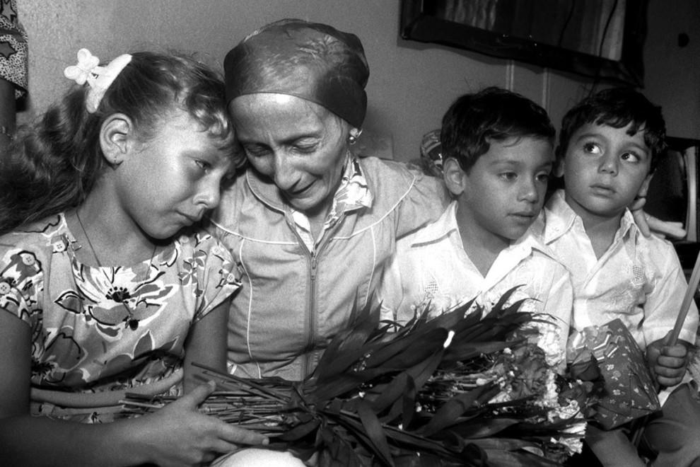 Встреча 36-летней Присциллы Диас с детьми, семилетней Джасмин и пятилетними близнецами Солом и Крист