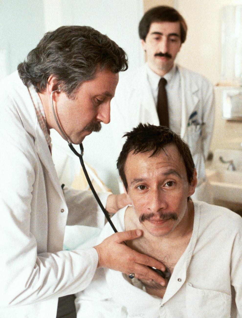 Терапевты осматривают пациента со СПИДом, который позже умрет от осложнений.