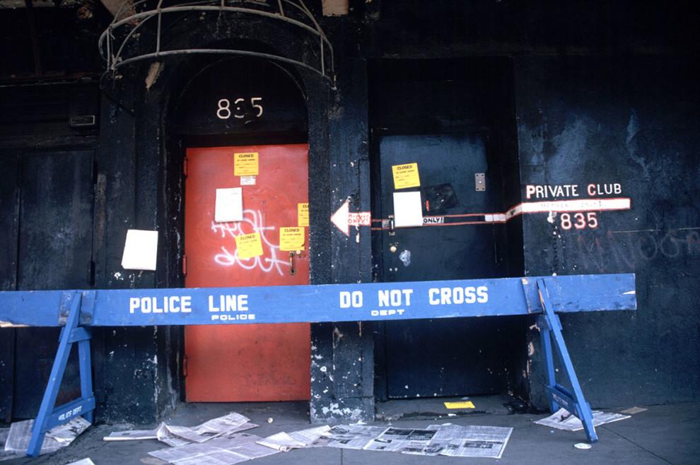 Ночной клуб для геев Mineshaft закрыт властями Нью-Йорка, 7 ноября 1985 года.