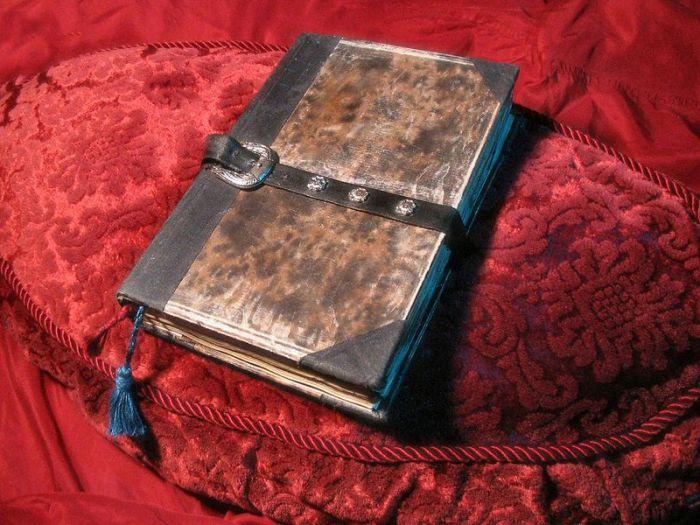 Этот Некрономикон выполнен почитателем Лавкрафта.