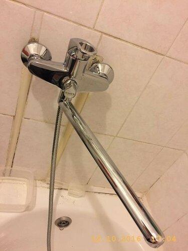 И поставил новенький смеситель в ванну