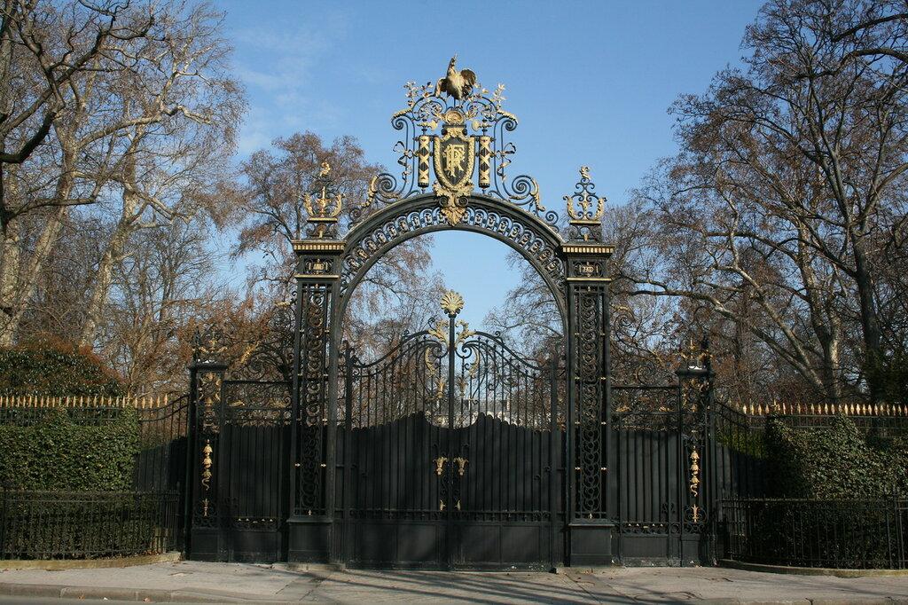 Ворота в сад со стороны Елисейских Полей.jpg