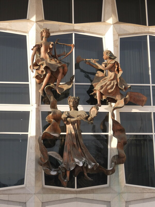Красноярск - Скульптуры на фасаде театра оперы и балета