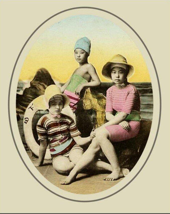 Девушки в купальных костюмах
