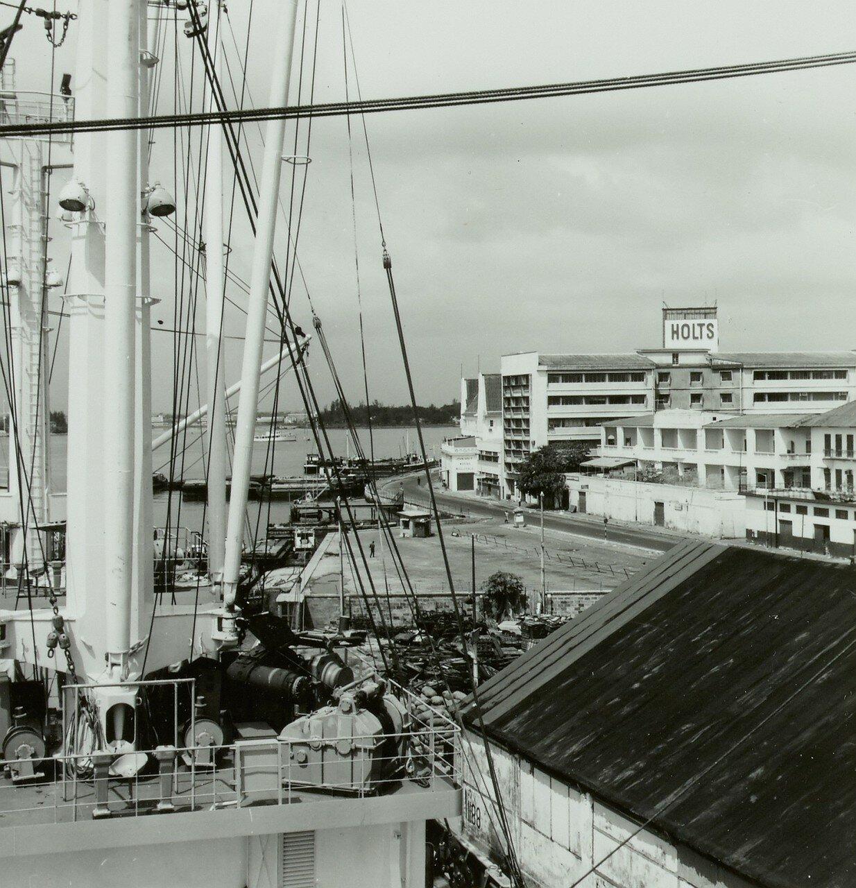Порт. Вид с борта восточногерманского грузового судна