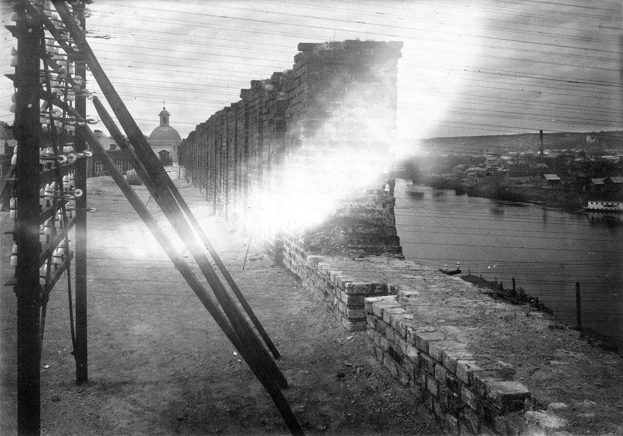 Опора телеграфных проводов на крепостной стене. 1909