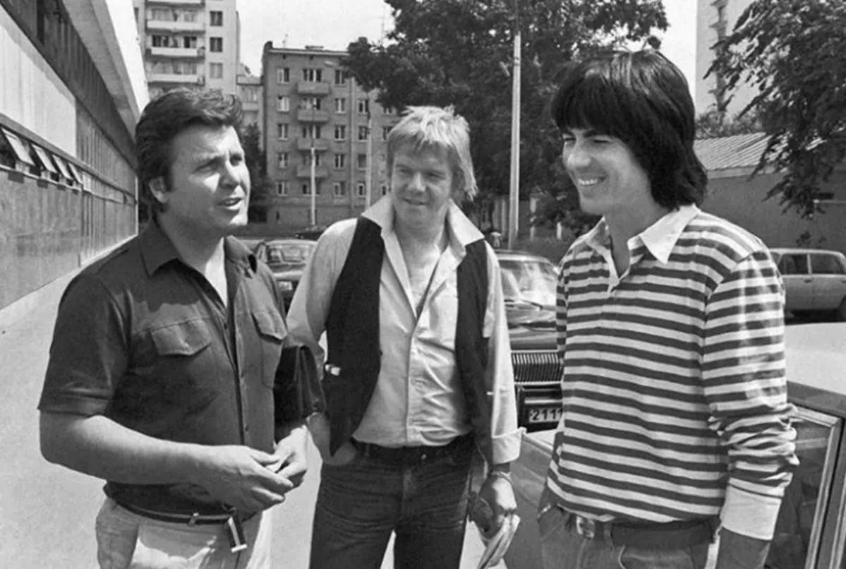 Лев Лещенко беседует с французскими музыкантами группы «Space» Яном Лозетом и Дидье Маруани