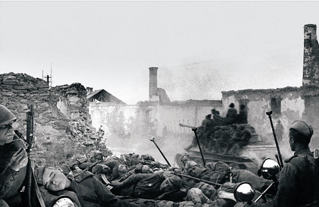 1943. Бои в населенных пунктах. Пехота ждет поддержки советских танкистов, чтобы продолжить наступление. 44-я гвардейская танковая бригада. Июль