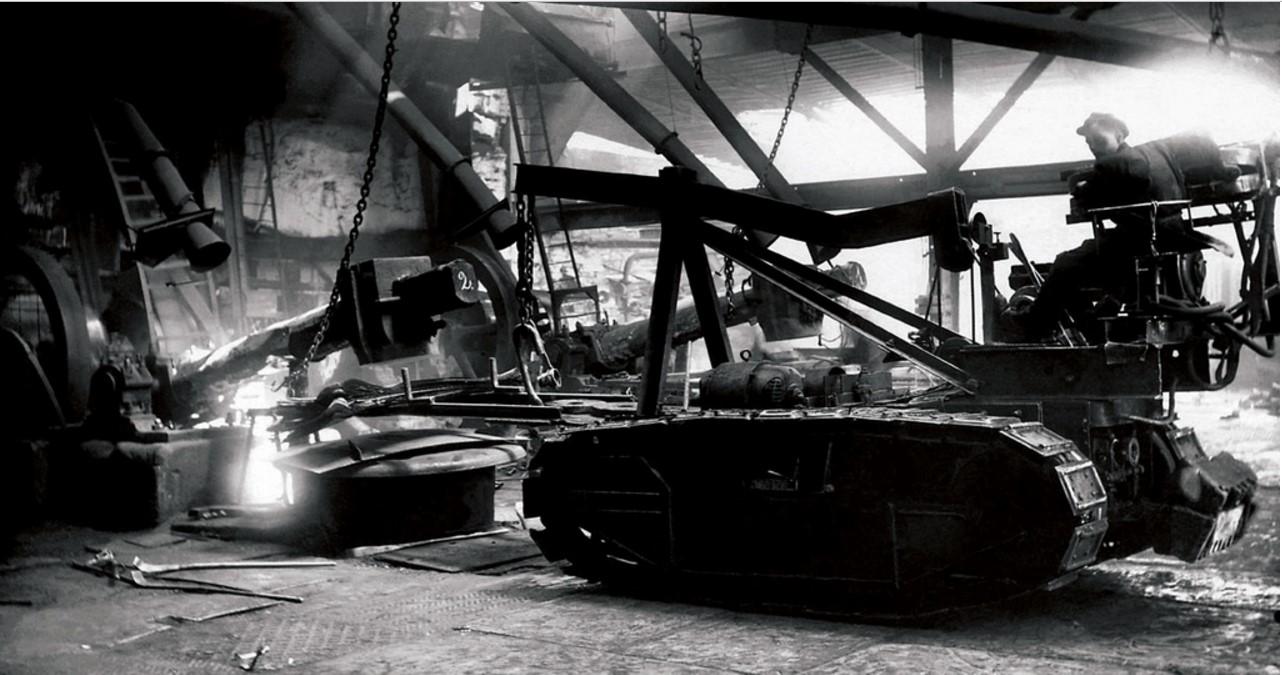 Челябинск. Трофейный танк, приспособленный для посадки пакетов железа в нагревательные печи