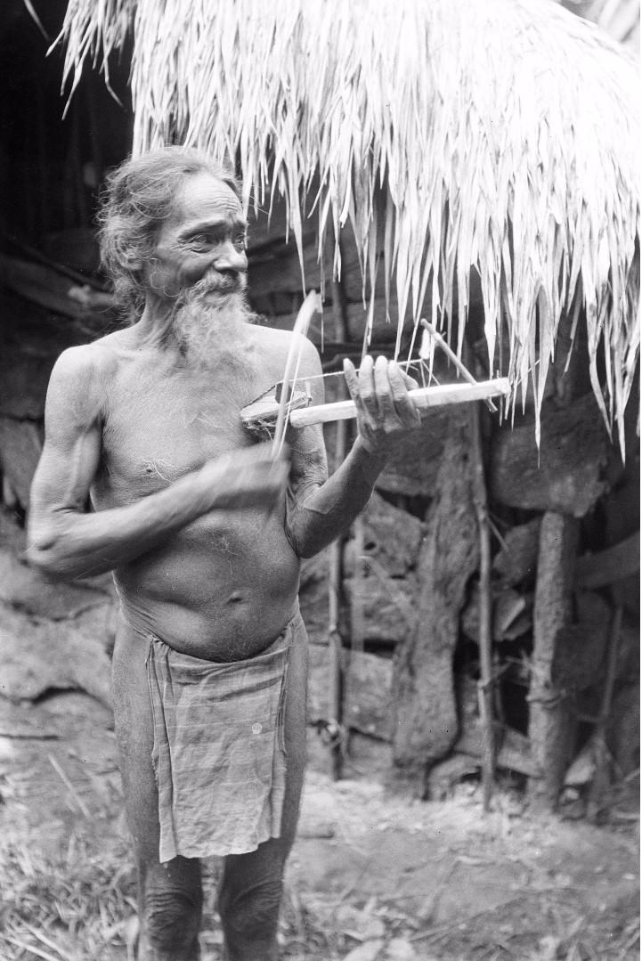 170. Старейшина Тута в долине Дани-Гала демонстрирует т.н. скрипку веддов