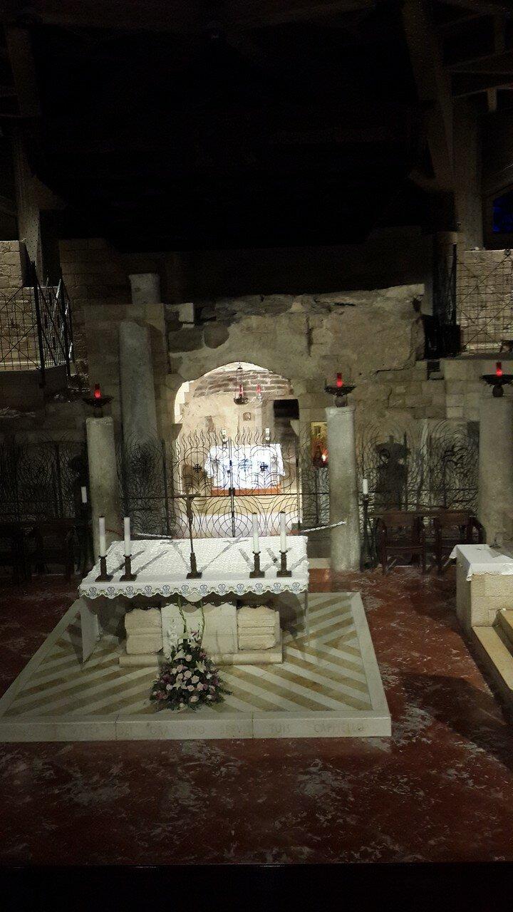 Базилика Благовещения. Нижний уровень. Грот Благовещения. Над престолом – надпись на латинском языке: «Verbum caro hic factum est» («Здесь Слово стало плотью»), так как именно здесь, по преданию, стояла Дева Мария во время Благовещения и Боговоплощения