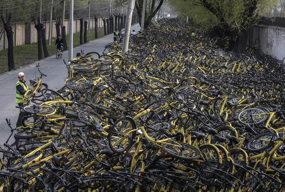 Кучи брошенных и сломанных велосипедов в Китае