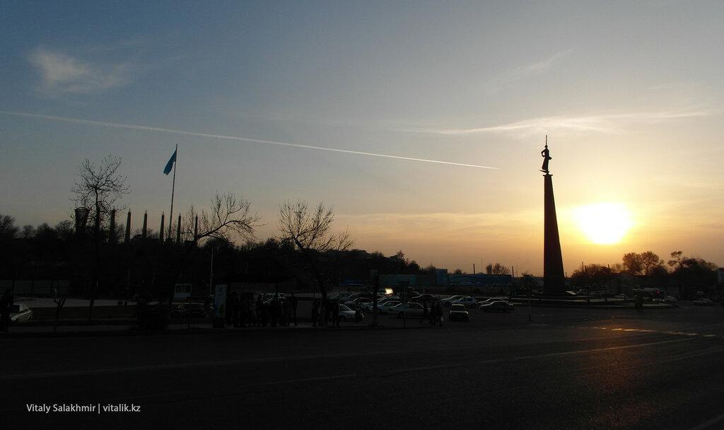 Площадь Ордабасы на закате, Шымкент