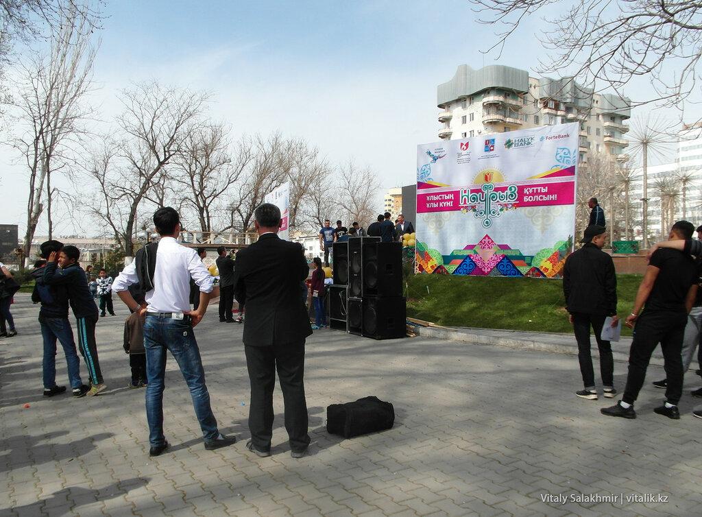 Сцена в Центральном парке Шымкента
