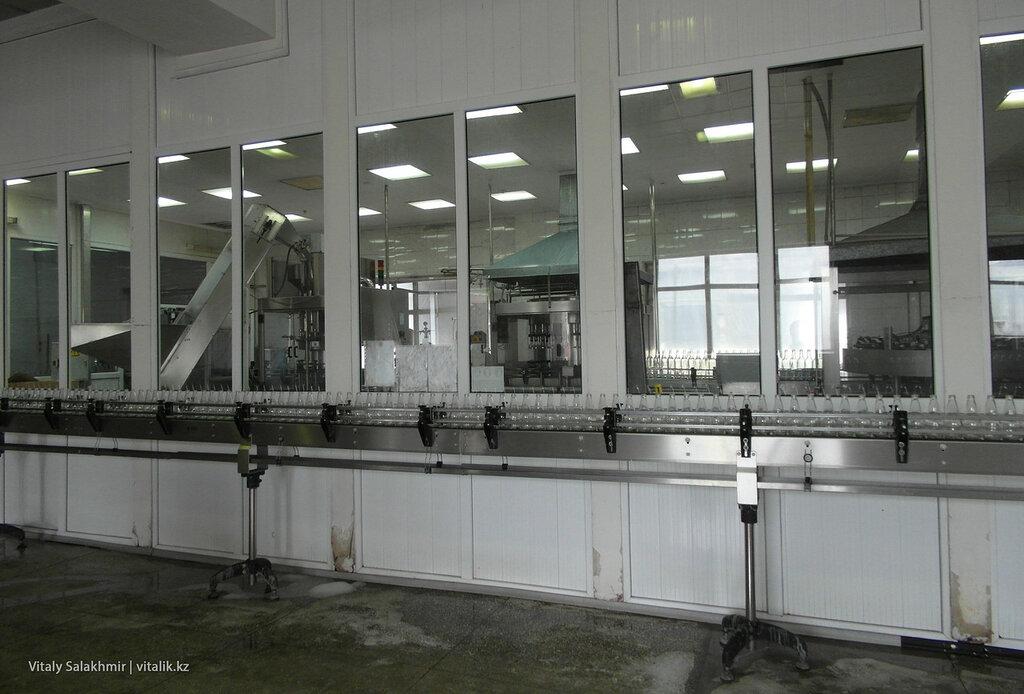 Линия розлива вина на заводе Бахус в Алматы