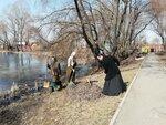 Прихожане Покровского храма вышли на субботник по уборке прилегающей к храму общественной парковой зоны со священником Илией Терентьевым, ответственным за экологическую работу в Раменском благочинии