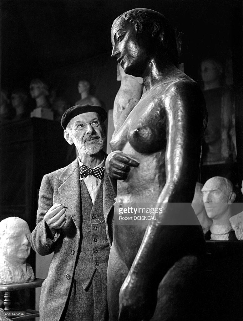 1945. Шарль Деспио ― французский скульптор, один из крупнейших портретистов XX века перед одной из его скульптур