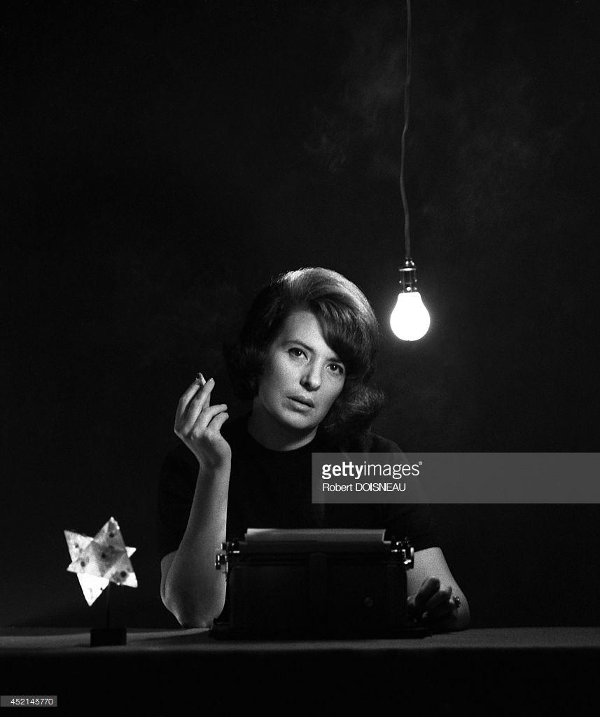 1963. Французская писательница Мари Кардиналь позирует для «Marie Claire»
