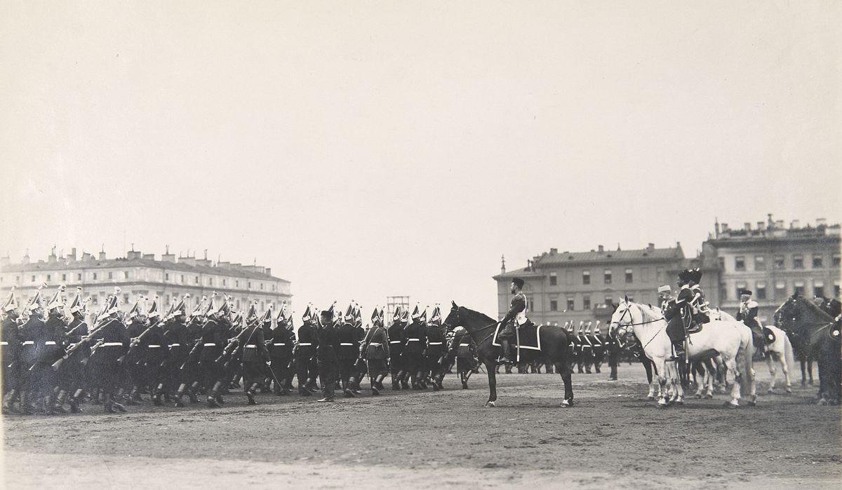Фото церемониального марша чинов Лейб-Гвардии Павловского полка перед Государем Императором во время майского парада на Марсовом поле 1903