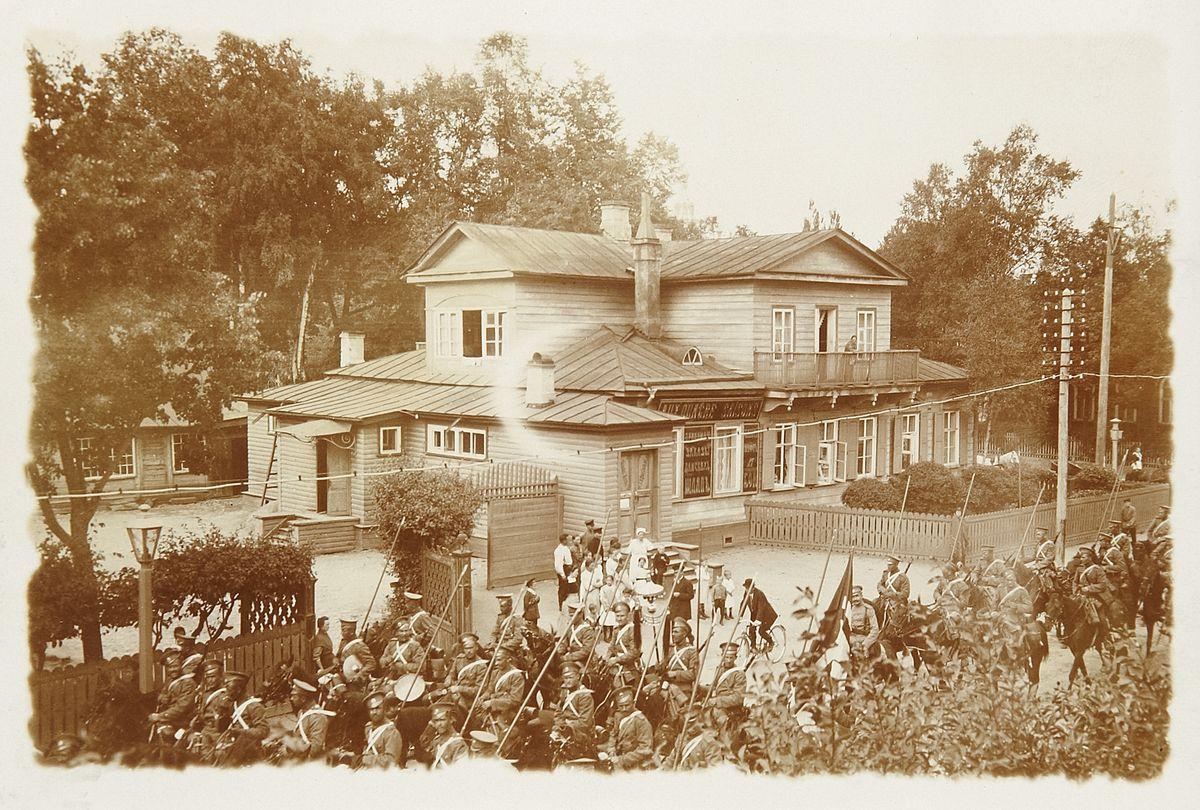 Фото прохождения казачьей сотни по улице Петергофа. 1900-е